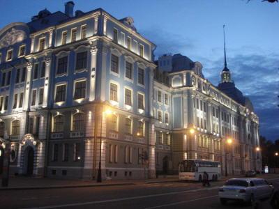 Здание Нахимовского училища напротив Авроры