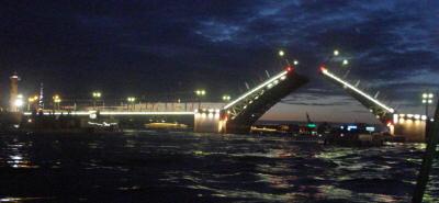 Разводится Дврцовый мост