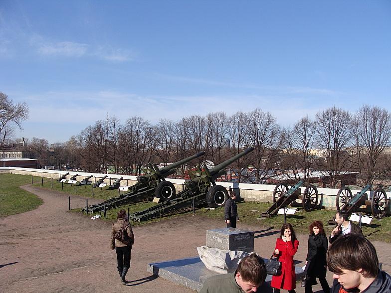 152 мм. гаубицы образца 1938 г. выполняли роль сигнальных орудий в Петропавловской крепости. Сняты с дежурства из-за отсутствия боеприпасов.