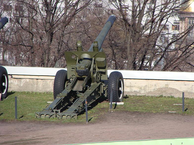 152-мм гаубица обр.1938г. ныне музейный экспонат в Петропавловской крепости. Ранее много лет была сигнальным орудием.