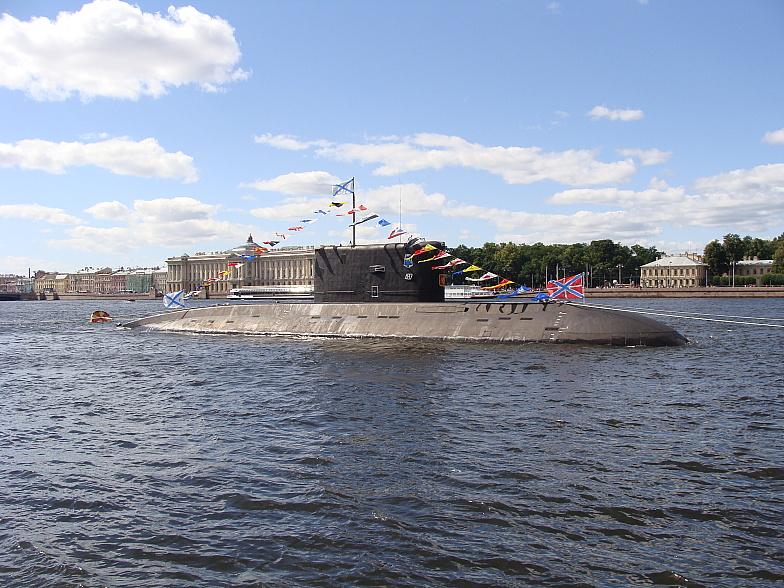 Подводная лодка Краснознамённого Балтийского флота в парадном строю
