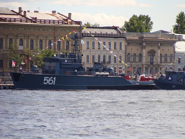 Малые корабли у Английской набережной в Питере. БТ-115 — базовый тральщик проекта 12650. Бортовой номер 561.