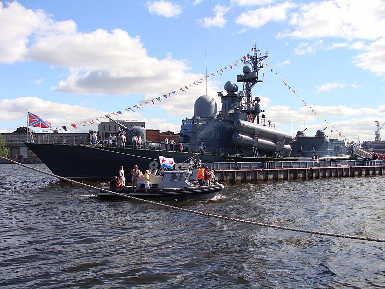 Малый ракетный корабль проекта 12341 у причала на Васильевском острове в Питере.