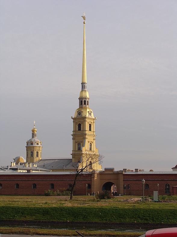 Через Кронверский пролив шпиль Петропавловской крепости.