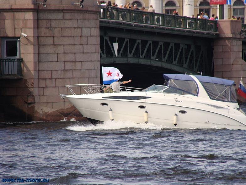 На реке Неве, около Дворцового моста. Под флагом ВМФ СССР.
