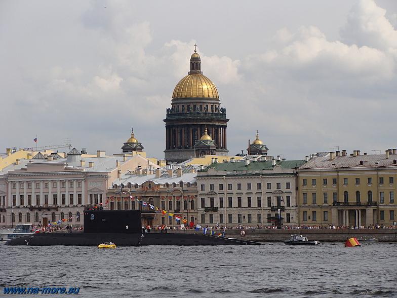 Петербург. Подводная лодка на рейде Невы.