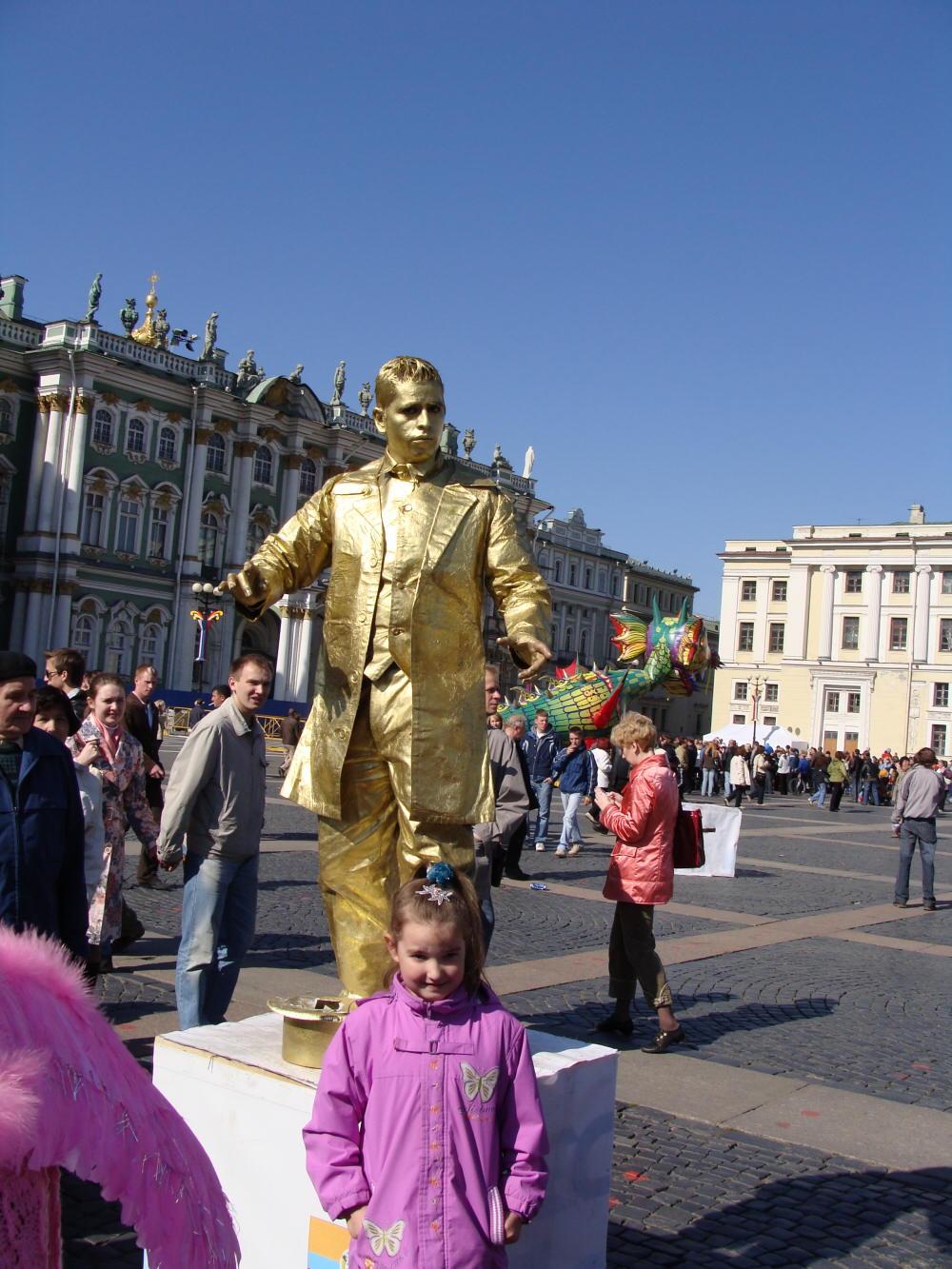 Живые скульптуры на Дворцовой площади.