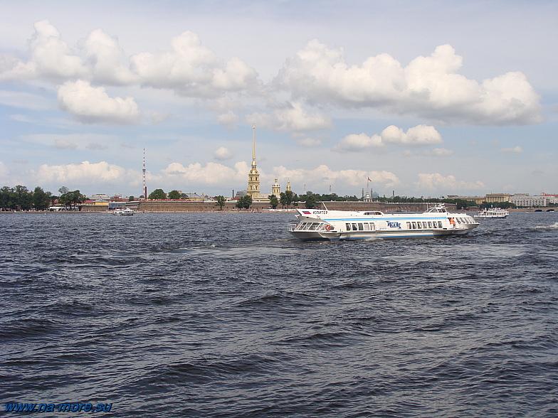 На противоположном берегу Невы Петропавловская крепость.