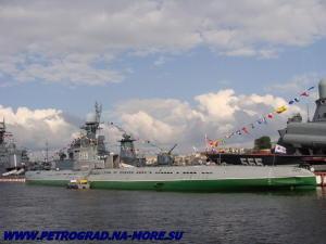 Музейная С-189 у причала Васильевского острова