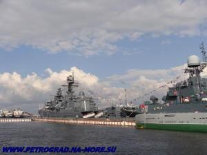 У причала Васильевского острова в день ВМФ
